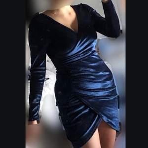 Har verkligen aldrig använt den här klänningen. Den har dock tvättats (därav finns inte etiketten kvar på) då jag trodde jag skulle använda den. Köpte den för orginalpriset. Klänningen har en jätte fin mörkblå färg och sammetstyg.