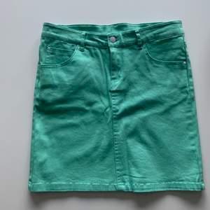 Helt ny kjol i en fin klar färg med simpla detaljer på fickorna. Den är i storlek 34 & säljs på grund av att den är för liten för mig😣🦋 frakt tillkommer