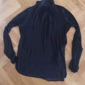 Svart satinskjorta med högre krage