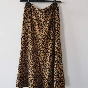 Fin blommig kjol från märket RIKA väldigt fint skick, nypris 2795 kr