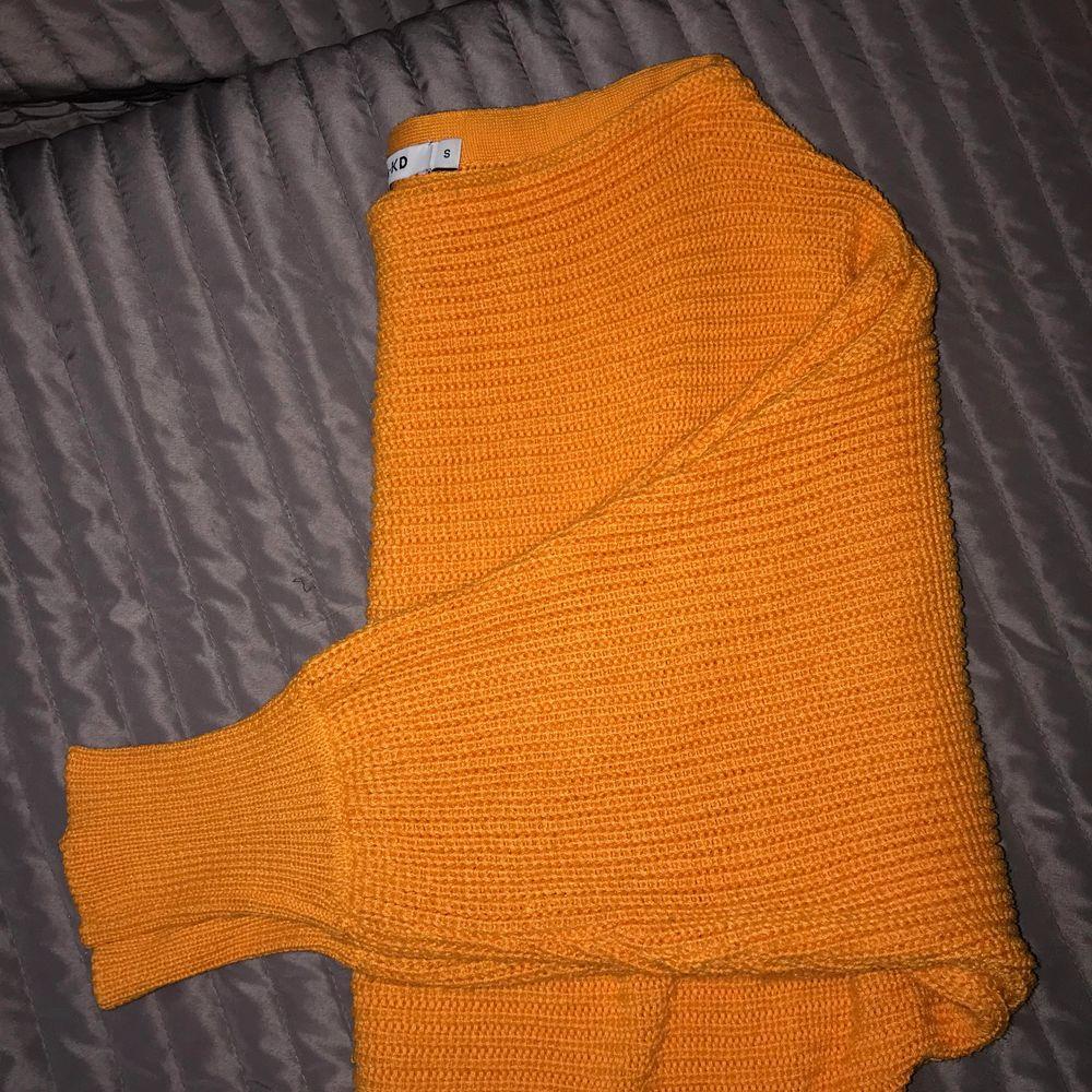 """En orange stickad tröja med snygga """"balongärmar"""" endast använd ett fåtal gånger. Tröjor & Koftor."""