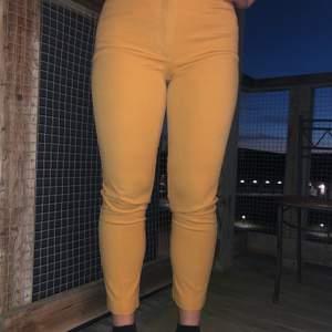 Vintage gula kostymbyxor från Lindex! Sitter som en smäck och finns mycket stretch i dem. Använda en gång av mig, köpta i en Vintage butik. Står ingen storlek i dem men de passar 38-42, de är dock ganska smala och VÄLDIGT höga i midjan.