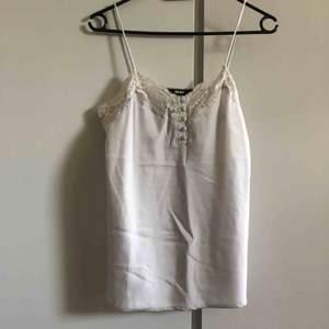 Cami top från bikbok i silvrig färg! Knappt använd men inte min stil längre. Fin att ha över tshirt! Frakt ingår i priset :)