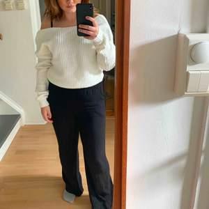 Fin stickad tröja ifrån nelly med öppen rygg. Går att bära som vanligt eller off -shoulder🤩 den är helt ny med lappen kvar🌼  Möts upp i Stockholmsområdet eller fraktar 🥰
