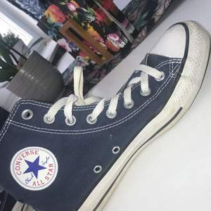 Blåa skor från Converse, använd max 5 gånger. Helt okej skick. Vill gärna bli av med dem så pris kan diskuteras, storlek 39.5
