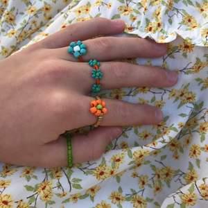 Säljer super söta ringar och smycken. 15 kr: ring, 20:armband, 30 kr:halsband. Frakt tillkommer på 11 kr.😊