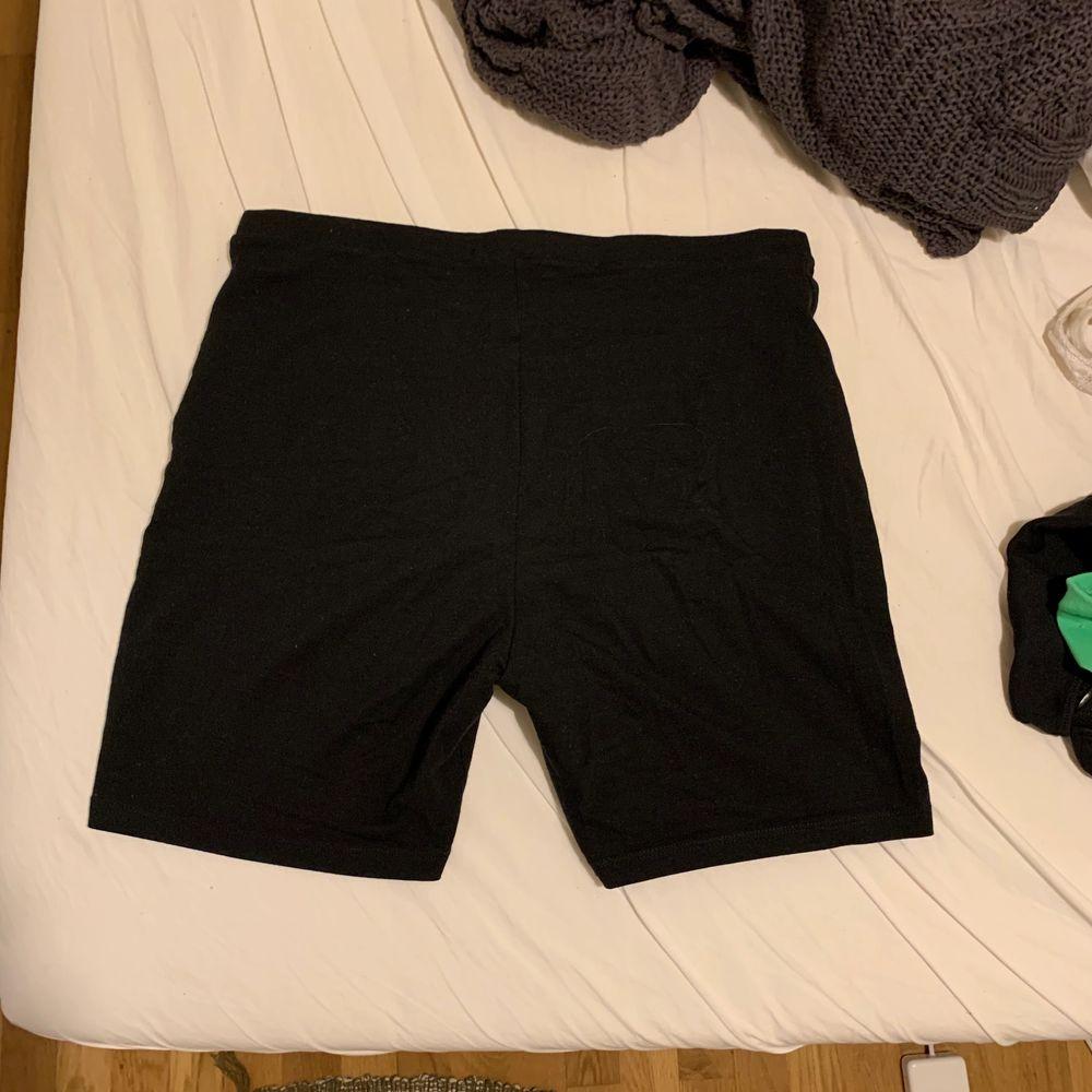 Snygga bikershorts i bomull från primark 🌸  eventuell frakt står köparen för. Shorts.