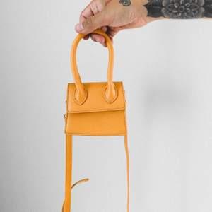 XS handväska. Cool accessoar som garanterat drar till sig blickar. Rymmer tex korthållare och hörlurarna 👍🏻