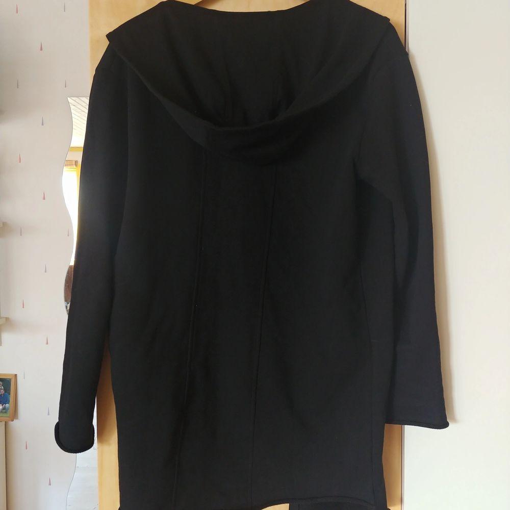 Longline cardigan/kofta från Zara i storlek Small. Superskön, snygg, som har använts ett fåtal gånger och är därför i toppenskick. Frakten ingår i priset!! . Tröjor & Koftor.