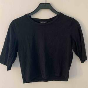 Svart T-shirt från Monki i storlek M. 100kr inklusive frakt