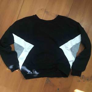 Crop top sweatshirt från Gina Tricot. Storlek Medium men skulle mer säga att det är en small. Pris 50kr och köparen står för frakt.