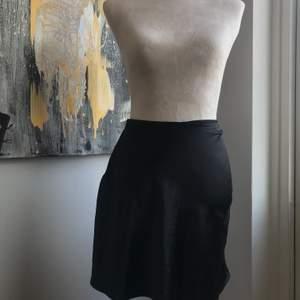 Jättefin svart sidenkjol som är knappt använd! Passar perfekt någon som är lite mindre än S-M, alltså XS! Sitter bra på mig som är S ändå. Hör av er om ni är intresserade!
