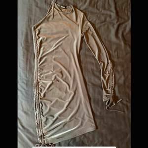 Grå/silvrig klänning från Sofia Richie x Missguided i storlek S. Aldrig använd då den är för liten för mig!   Ord. Pris: ca 500kr