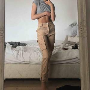 Beiga cargobyxor från white fox boutique Stl XS. Endast använda hemma så de är i princip NYA😍 köpta för ca 900 + tull. Mitt pris 400 gratis frakt   (PS din röv kommer att se grym ut!!)