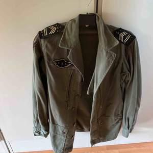 Army jacket med snygga detaljer på axlar & rygg säljes. Perfekt skick! Använd Max 5ggr. 🌟 hämtas helst upp i Gbg men kan även postas!