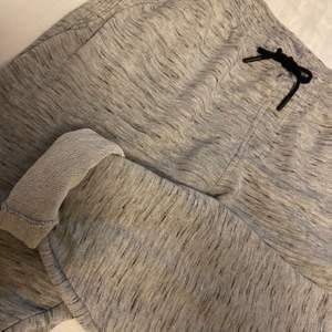 Snygga mjukisbyxor med dragkedjefickor, köpta från ZARA i Polen. Står att byxorna är i storlek XL, däremot passar de som en M då de är väldigt små i storleken. Frakt tillkommer