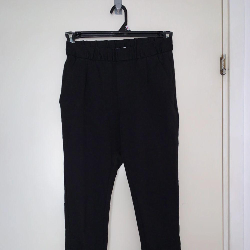 Svarta stretchiga kostymbyxor. Jättesköna! Hämtas upp eller fraktas. Köparen står för frakt. Frakten ligger på ca 40kr. Skicka privat för bättre bild.. Jeans & Byxor.