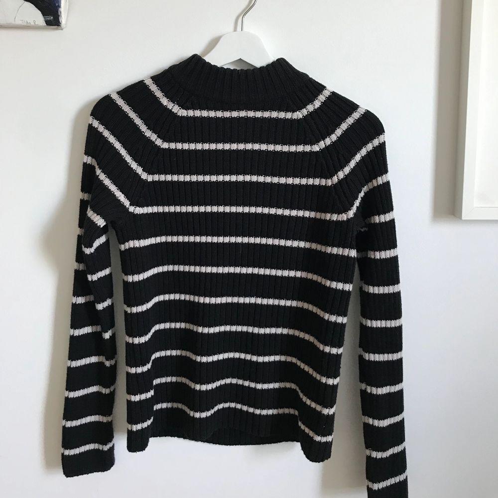 Strl S, stickad randig tröja från Gina tricot. Sällan använd så fint skick!. Stickat.