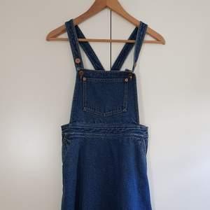 Jättesöt hängselklänning från Monki strl 36! Säljer för jag aldrig får användning för den. Som ny, använd 1 gång! Skriv för mer bilder! Säljer för 120kr+ frakt på 66kr, kör med postnord spårbar då jag tycker det är säkrast💕