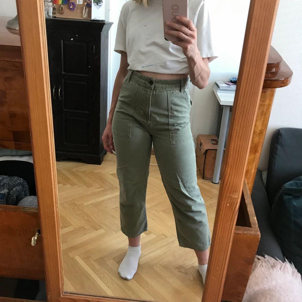 Säljer dessa cargo-aktiga byxor från Gina tricot. Fraktkostnad tillkommer. Kan även mötas upp i Stockholm . Jeans & Byxor.