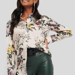 Säljer exakt samma blus/skjorta som på bilderna från  NA-KD, kan skicka egen bild vid förfrågan! 🥰 Blusen är så fin och i skönt tyg. 🌸 Bara använd en gång, nyskick! Pris på NAKD - 499 kr.