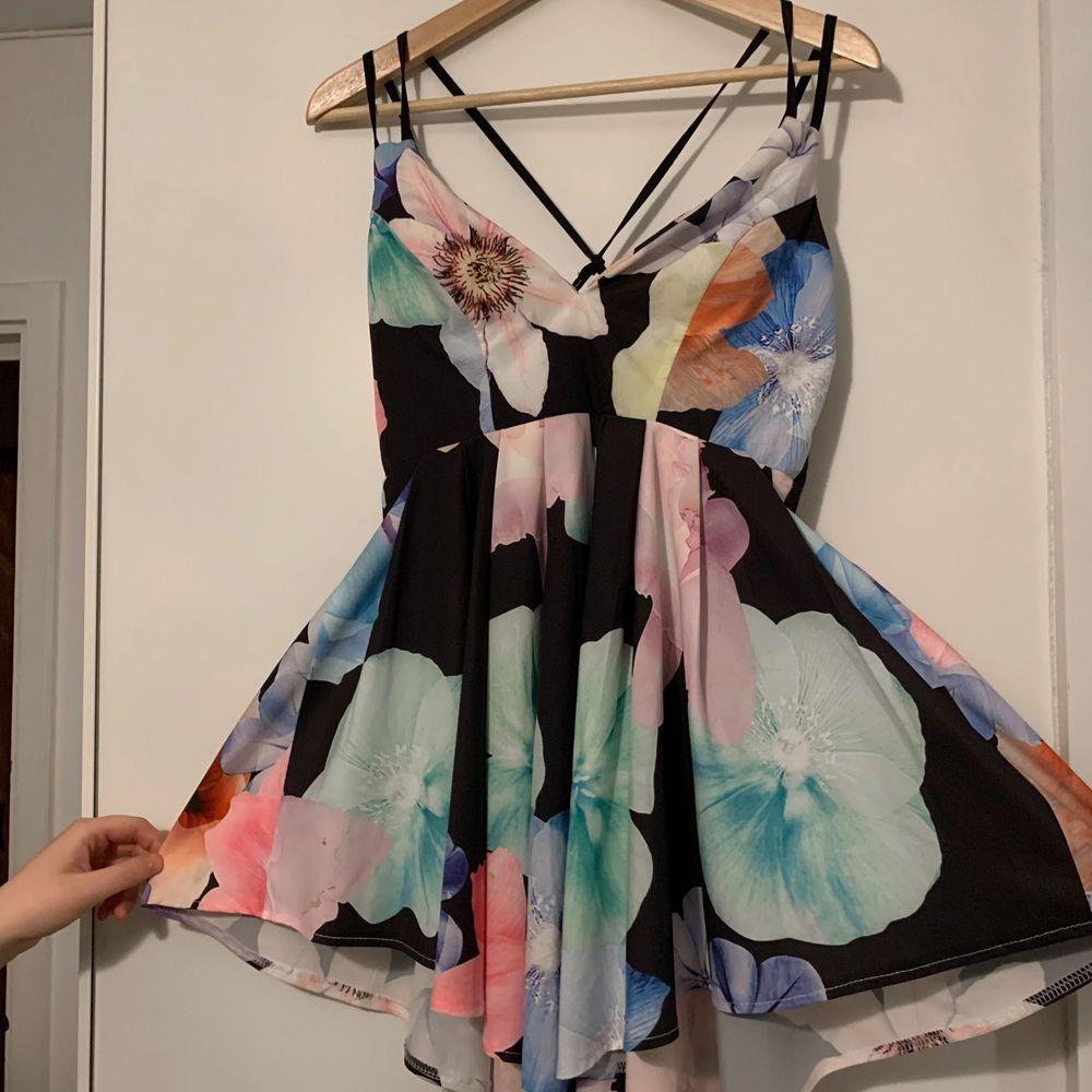 Klänningen är kortare på sidorna och längre fram- och baktill. Den är srl M men är väldigt liten så skulle säga XS/S. Sitter smickrande på. (+frakt) . Klänningar.