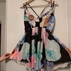 Klänningen är kortare på sidorna och längre fram- och baktill. Den är srl M men är väldigt liten så skulle säga XS/S. Sitter smickrande på. (+frakt)