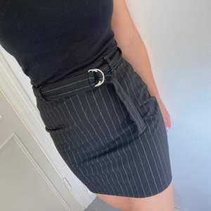 En kjol i mjukt material med bälte man kan spänna åt. Är marinblå med svagt vita ränder. 100kr inklusive frakt.
