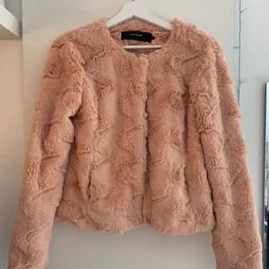 Säljer min fuskpäls jacka från Vero Moda i storlek S. Sparsamt använd. Köpare står för frakt.