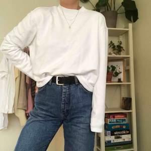 Skitsnygg vit tröja från weekday. Använd typ 3 gånger så superskick! Passar till typ allt, passa på  🥰❣️