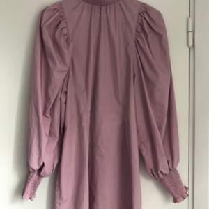 Fin ljuslila klänning från hm. Endast använd en gång. Köparen står för frakten