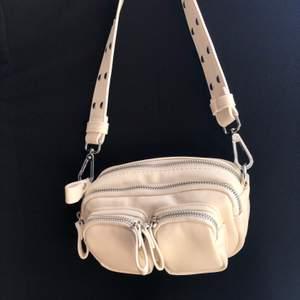 Trendig oanvänd handväska från Gina Tricot, med mycket utrymme. Krämvit/beige i färgen och passar till alla tillfällen!! Lång kedja ingår. Säljes på grund av att den inte kommer till användning. Köpt på Zalando, nypris: 279kr. Köpare står för frakt, men kan även mötas upp. Pris kan diskuteras så båda blir nöjda :)