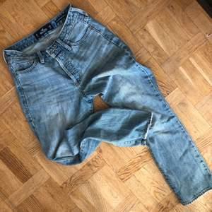 """Säljer ett par jeans från Hollister. De är i modellen """"high rise vintage straight"""", w25 L27. Hämtas i Sollentuna eller fraktas 💖"""