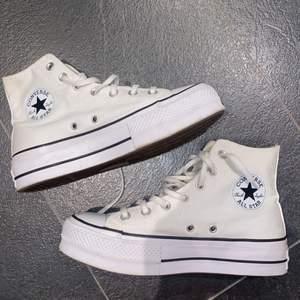 Säljer dessa snygga converse skor med högsula. Det är äkta och i super bra skick! 💕💕