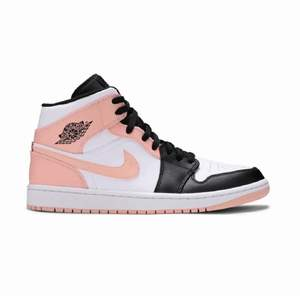 Säljer mina fina rosa jordans💗💗 Lite creasade men annars mycket fint skick! Storlek 38,5 💕💕 Inköpta i maj 2021💘