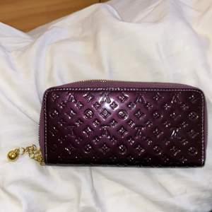 Fake LV rymlig plånbok med massor av fack för kort, mynt och kontanter.