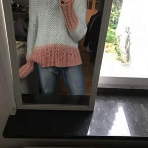Säljer denna unika acne tröja i väldigt fina färger! Väldigt fint skick. Storlek S men den är oversize! Nypris 2800kr
