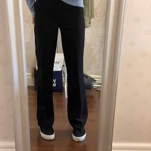 Superfina kostymbyxor från Bik Bok som inte kommer till användning, super fint skick!! Köpt för 599kr säljer här för 200kr+ frakt !💓⚡️⚡️