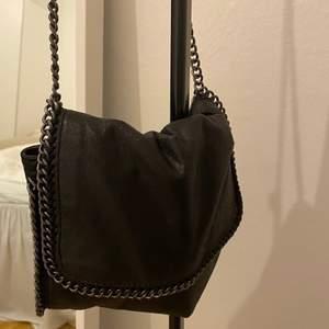 Liknande Stella McCartney väska med lite glitter i sig💗 sparsamt använd! BUD PÅ 370