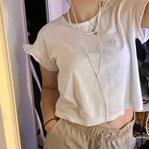 Supergullig tshirt med volang i ärmen från Zara som är köpt för flera år sedan💕⚡️  använd men fint skick och superskönt! storlek S, frakt tillkommer på 66kr💗