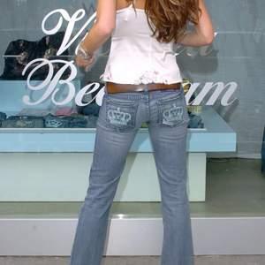 KÖP DIREKT FÖR 199 PLUS FRAKT! Ursnygga vita Victoria Beckham jeans! De är för korta för mig och säljer därför. Skulle säga att de passar någon som är 150-155. De har en ljusgul fläck på sidan av benet och därav det billiga priset. Bild 2 är fläckar på spegeln. Frakt tillkommer