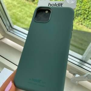 Skal för iPhone 11 pro från holdit i färgen mörk grön. Säljes på grund av att det är fel strorlek för min mobil, aldrig använd. Om du kan mötas kostar det 200, om det behövs fraktas kostar det 155 + frakt.