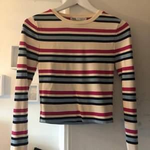 Randig långärmad tröja från Zara! Personligen älskar jag randigt. Så fräscht och snyggt. Denna är något kortare än en vanlig långärmad tröja. Tyvärr har den bara kommit till användning någon enstaka gång.
