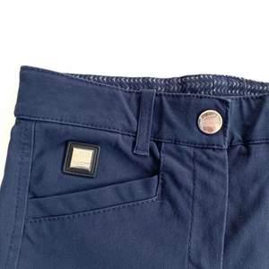 Fina mörkblå rydbyxor i bra skick från Equiline i storlek ITA38/DE34. Dammodell men funkar för alla. Se fler trendiga träningskläder på vår Instagram @oak_uf!