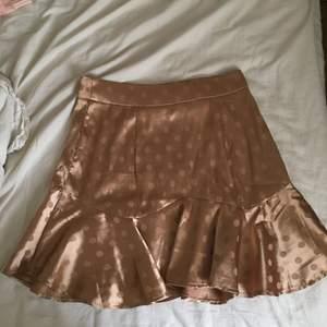 Säljer denna super söta bruna kjol med prickar. Köpare står för frakt 💕