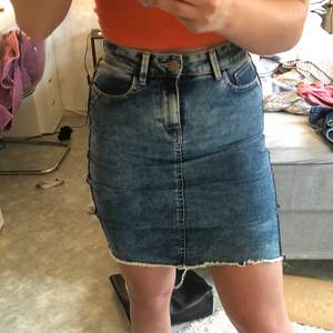 Säljer min blåa jeanskjol från ONLY. Den är sååå stretchig och skön och har röda streck längs sidorna. Den är i bra skick, storlek S