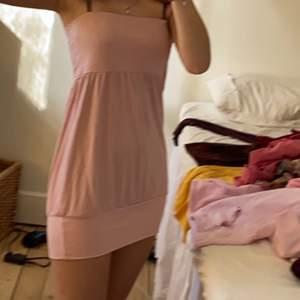Går att använda som både klänning och off shoulder topp. Kan vikas på olika sätt som topp oxå (sista två bilderna). Nåt år gammal, använd typ tre gånger. Storlek L men jag har XS och kan använda den.