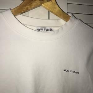 En snygg vit oversized tröja från Nicki studios, som inte har använts