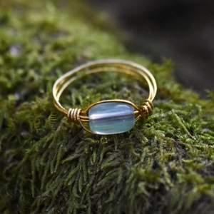 Handgjord ring med glaspärla ✨ Tråden är i mässing och ringens innermått är cirka 20mm i diameter 🌼 Ringen levereras i en fin liten presentpåse! Frakt på 12kr tillkommer 🌞