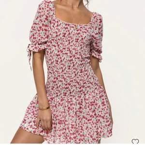 Så fin klänning från Loavies. Är supersnygg att ha under en tröja och att d då ser ut som en volangkjol. Köpt för 500